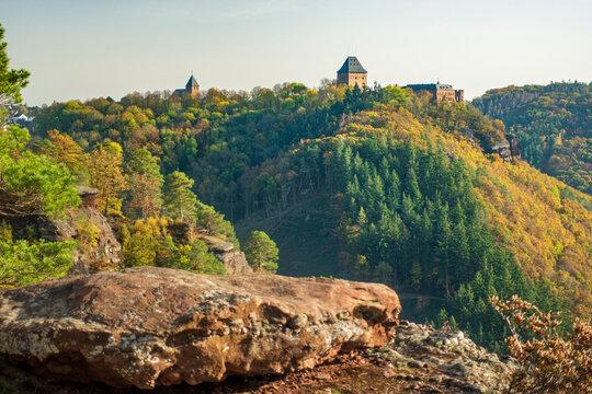 Herbst zwischen den Buntsandsteinfelsen um Burg NIdeggen in der Eifel