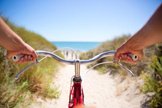 Balade en vélo dans les dunes en bord de mer. France.