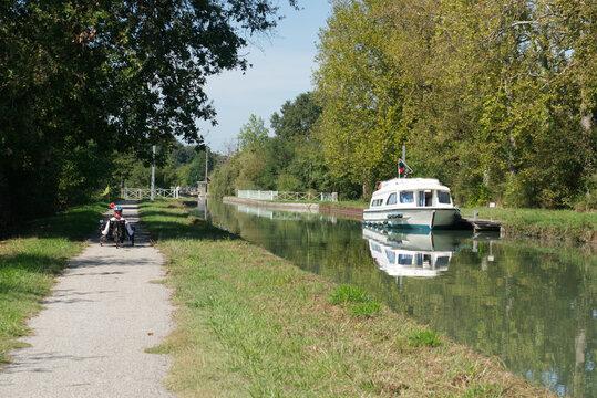 Différentes activités peuvent se pratiquer sur le canal et sur les chemins de halage, navigation et vélo de toute sorte, en ce beau jour de la fin de l'été