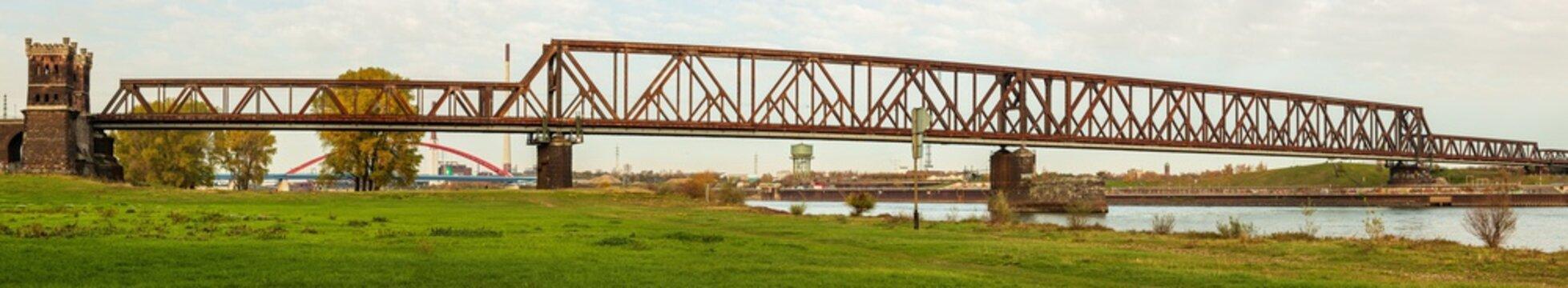 Panorama der Hochfelder Eisenbahnbrücke in Duisburg