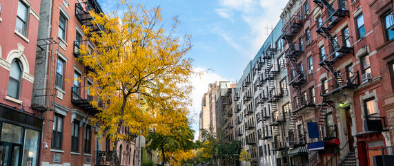 Obraz Panoramic view of historic buildings along 15th Street with colorful fall trees in the Chelsea neighborhood of New York City - fototapety do salonu