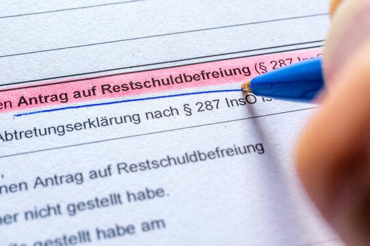Antrag auf Restschuldbefreiung wird im Rahmen eines Insolvenzverfahrens ausgefüllt in deutscher Sprache