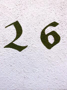Alte Hausnummer 26 an einer Fassade