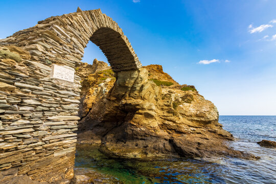 Venezianische Festung und alte Steinbrücke vor der Hauptstadt der griechischen Kykladeninsel Andros