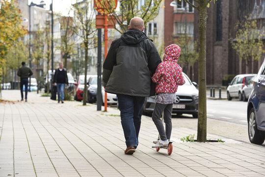 papa parent enfant trottinette mobilité balade parental