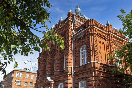 Kostroma. The house on the prospect of the World (Pavlovskaya street). the building of the former ecclesiastical school.
