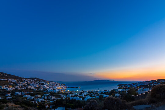 Sonnenuntergang und blaue Stunde über der Bucht des Ferienorts Batsi auf der griechischen Kykladeninsel Andros