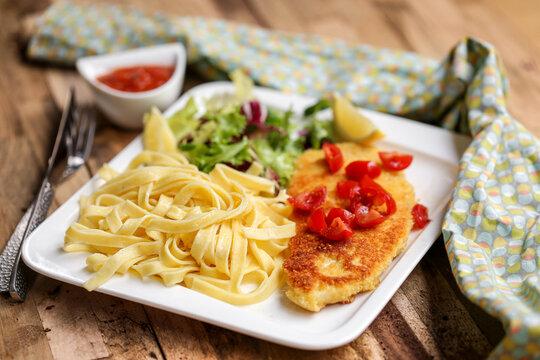 escalope à la milanaise avec sauce tomate et tagliatelles
