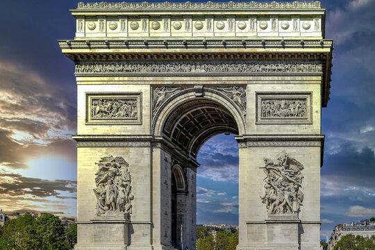 Coucher de soleil sur l'arc de triomphe à Paris