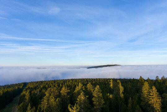 Sonnenuntergang am Ochsenkopf beii Nebel im Fichtelgebirge