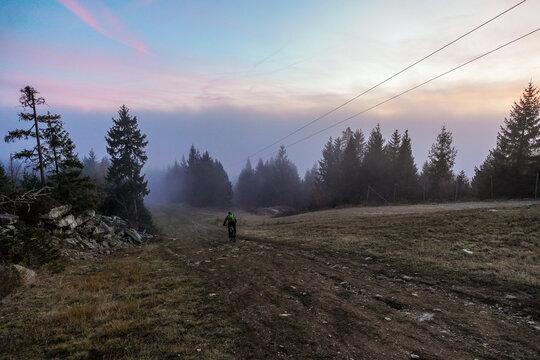 Radfaherer Mountainbiker  Ochsenkopf  Nebel im Fichtelgebirge