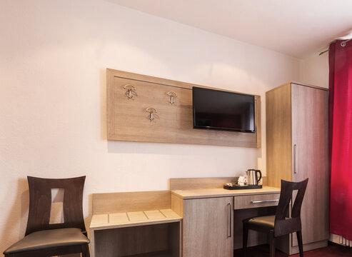 Schreibtisch und Garderobe in einem Hotelzimmer