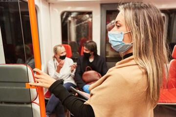 Frau als Fahrgast mit Mundschutz wegen Covid-19 Pandemie