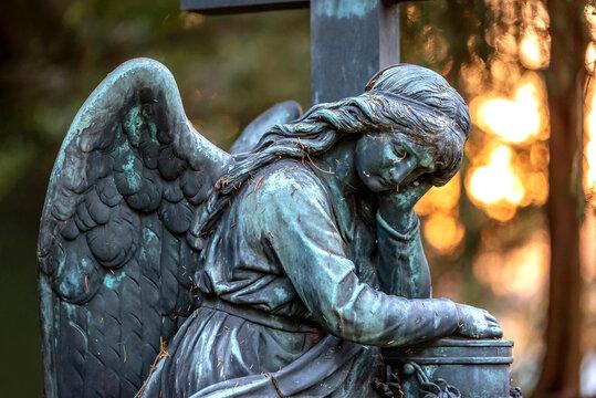 Friedhofsengel mit Urnengefäß auf dem Hauptfriedhof in Frankfurt am Main