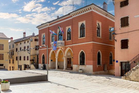 Rathaus und Marktplatz von Bale Valle in Kroatien,