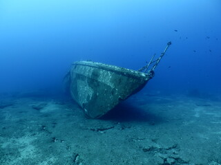 scuba divers exploring shipwreck scenery underwater ship wreck deep blue water ocean scenery of metal underwater