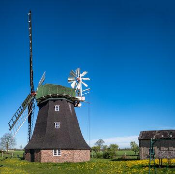 Holländer Bockwindmühle mit Nebengebäude in Rövershagen