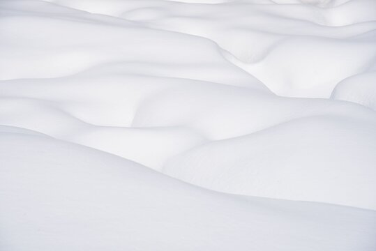 Clear white snow mounds with no interference, cloth-like or silk-like pattern.