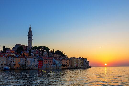Altstadt von Rovinj in Kroatien zum Sonnenuntergang