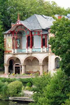 Ville de Sarreguemines, Casino des Faïenceries (construction 1878) entouré d'arbres, département de la Moselle, France