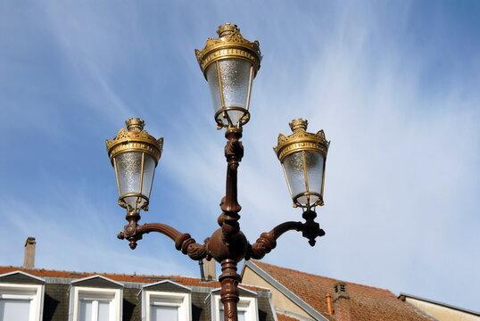 Ville de Saint-Avold, candélabre à 3 branches ou réverbère rétro en centre ville, département de Moselle, France