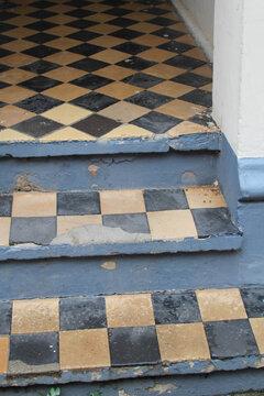 alte Fliesen Hauseingang Schachbrettmuster schwarz gelb