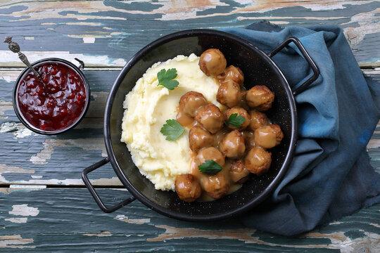 cibo svedese polpettine con pure' di patate in padella di metallo