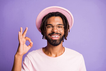 Photo portrait of guy showing ok-sign isolated on vivid violet colored background