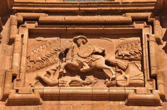 Relieve de Santiago Matamoros en la portada de la iglesia del Santísimo Cristo del Valle en Santiago del Valle (Ciudad Real)