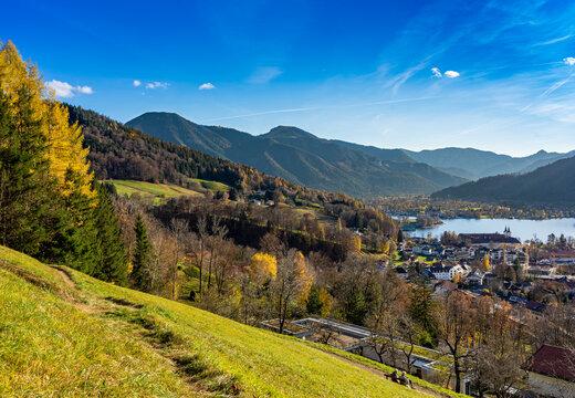 Herbst in Bayern: Wanderung am Tegernsee - Tegernseer Höhenweg mit Blick auf den Wallberg und Setzberg