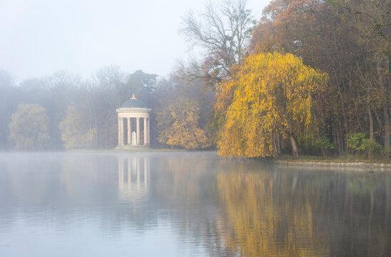 Herbstspaziergang im Schlosspark in München - See und Monopteros im morgendlichen Nebel