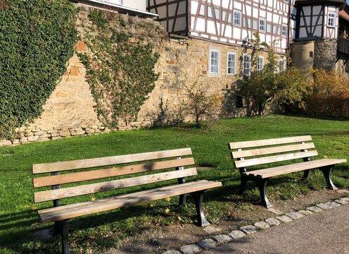 Parkbänke vor der Stadtmauer von Öhringen in Deutschland