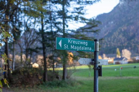 Hinweisschild zum  Kreuzweg St.Magdalena in Brannenburg