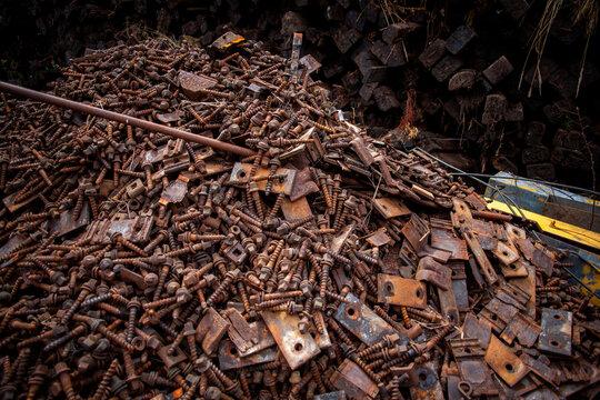 Alte rostige Schrauben auf Altmetall Schrottplatz