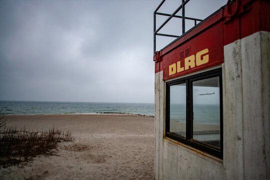 Verwaister DLRG-Rettungsschwimmer-Turm im Winter an der Ostsee
