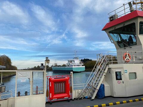 Autofähre und Frachtschiff auf dem Nord-Ostsee-Kanal