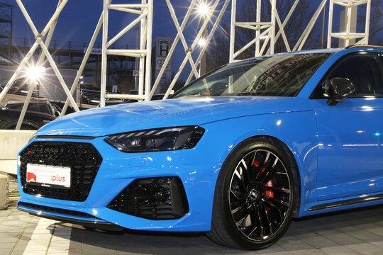 Blauer Audi RS 4 Avant, gesehen am Audi Zentrum Karlsruhe