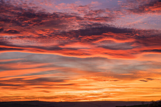 Intensiv gefärbter bewölkter Himmel bei romantischem Sonnenuntergang