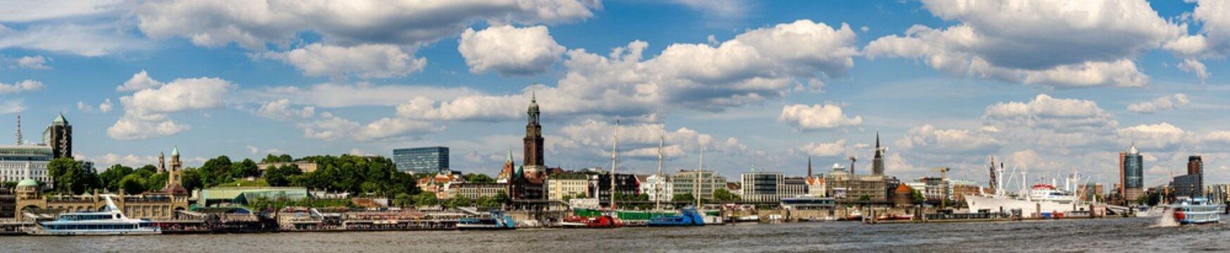 Panorama Hafen Hamburg mit Landungsbrücken