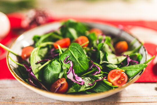 Salad with spinach, red cabbage and cherry tomatoes