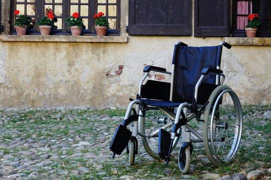 Silla de ruedas vacía en un geriátrico