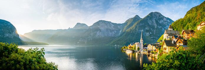 Sonnenaufgang am See in Hallstatt Österreich Schiff an Anlegestelle Berg Kirche Alpen Dorf...