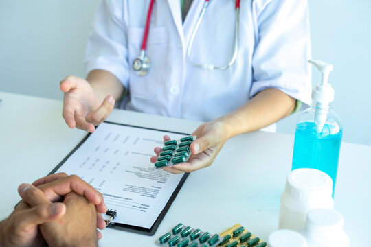 Doctors are currently recommending treatment pills to monitor the results of the annual physical examination. And follow the symptom check after taking the medicine, health examination concept