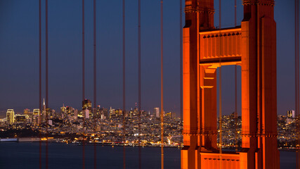 Golden Gate Bridge with city in background at night Fotomurales