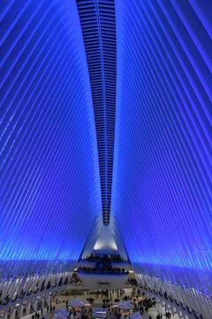 Die blaue Haupthalle im Oculus der Word Trade Center Station. New York, 1. Dezember 2019