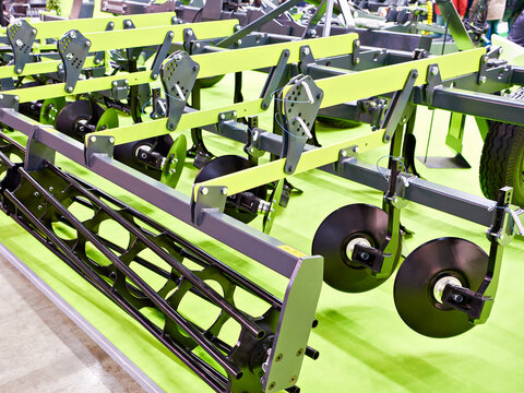 Agricultural cultivator for seedbed preparation on exhibition