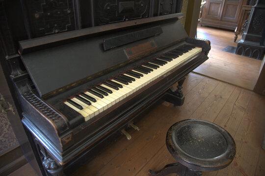 Altes Klavier in einem verlassenen dunklen Haus