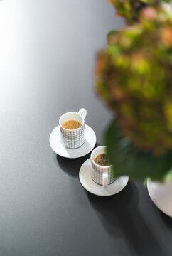 Zwei Espressotassen auf einem Tisch