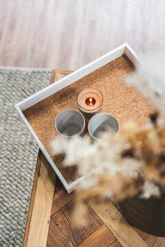 Tablet mit Blumenstrauss und Kerzenlicht