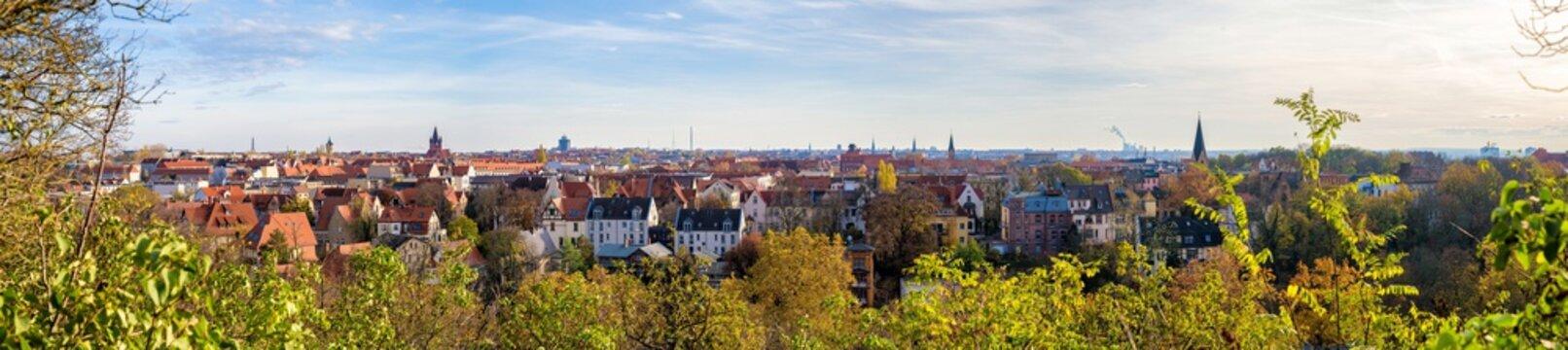 Großes Panorama über die Skyline der Stadt Halle Saale in Deutschland